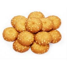 Печенье сдобное «Грильяжные пуговки» с кунжутом.
